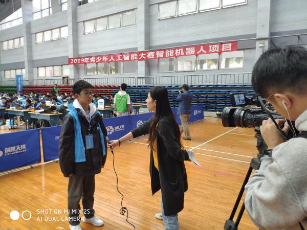 05我校学生接受赛后采访