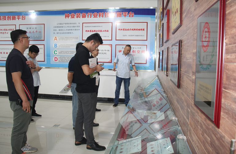 商务局副局长吴兴斌带领创业黑马科技集团人员到公司参观