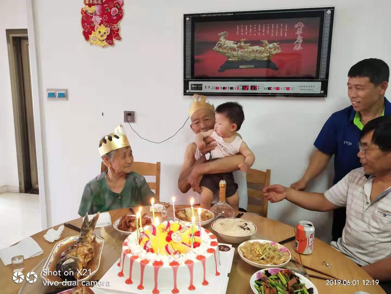 企业文化-给员工母亲生日送蛋糕祝福