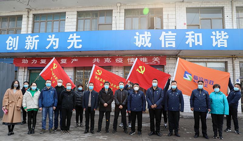小圖-黨旗前合影小圖