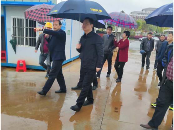 2019年4月2日,永修县郑绍书记等一行莅临亚新体育app承建的赣江中心城项目现场视察扬尘治理工作。