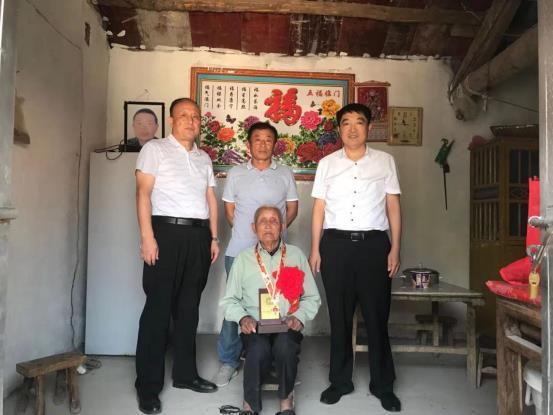 共和国不会忘记,灵璧县为81名建国前老兵颁发70周年纪念章