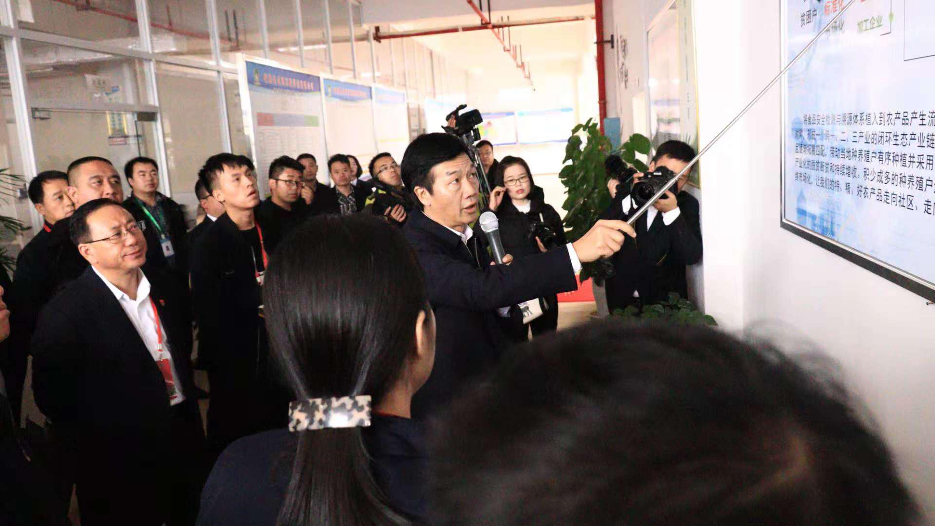 李再勇常務副省長率2018年全省第二次項目建設第七觀摩組到錦屏農商互聯項目現場觀摩