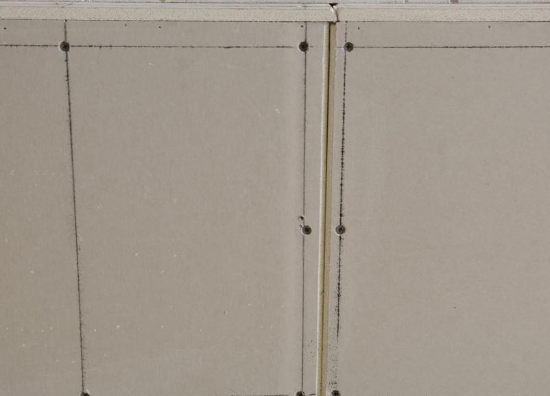 采用八字縫接駁施工工藝,防止熱脹冷縮作用引起的墻泥開裂、起皮