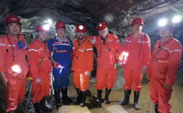加拿大客人在金矿井下