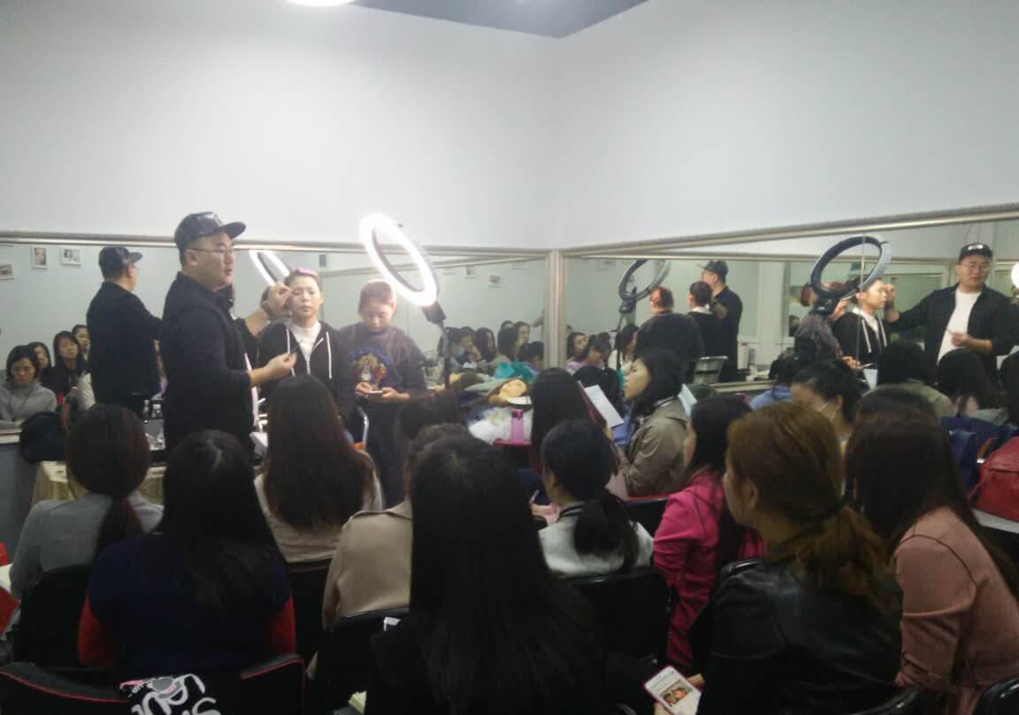 精英化妝學校風尚大典研修班蘭冰老師正在教學