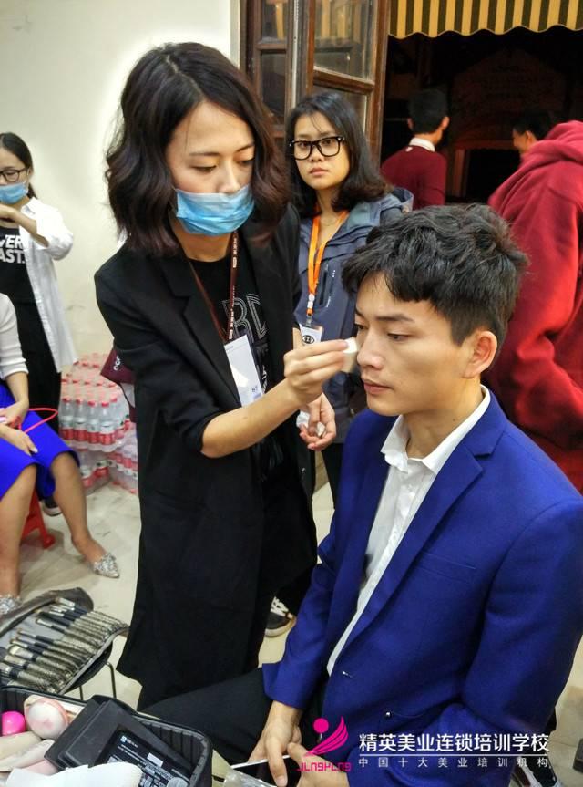 湖南衛視'全員加速中'深圳站!化妝師正在為明星化妝