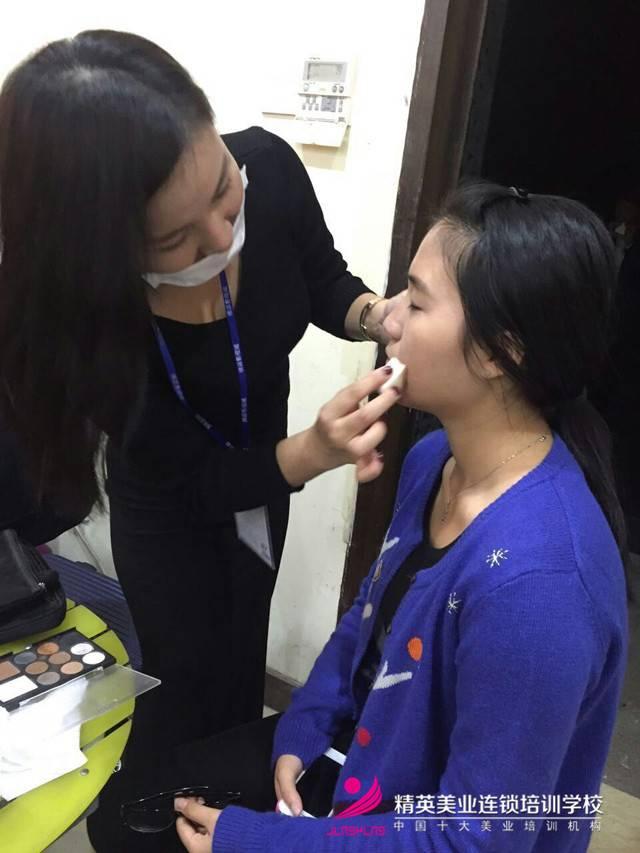 湖南衛視'全員加速中'深圳站!化妝師正在為明星化妝2