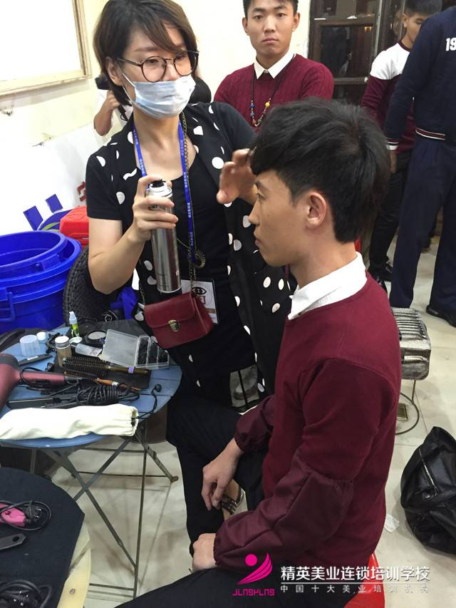 湖南衛視'全員加速中'深圳站!化妝師正在為明星化妝3