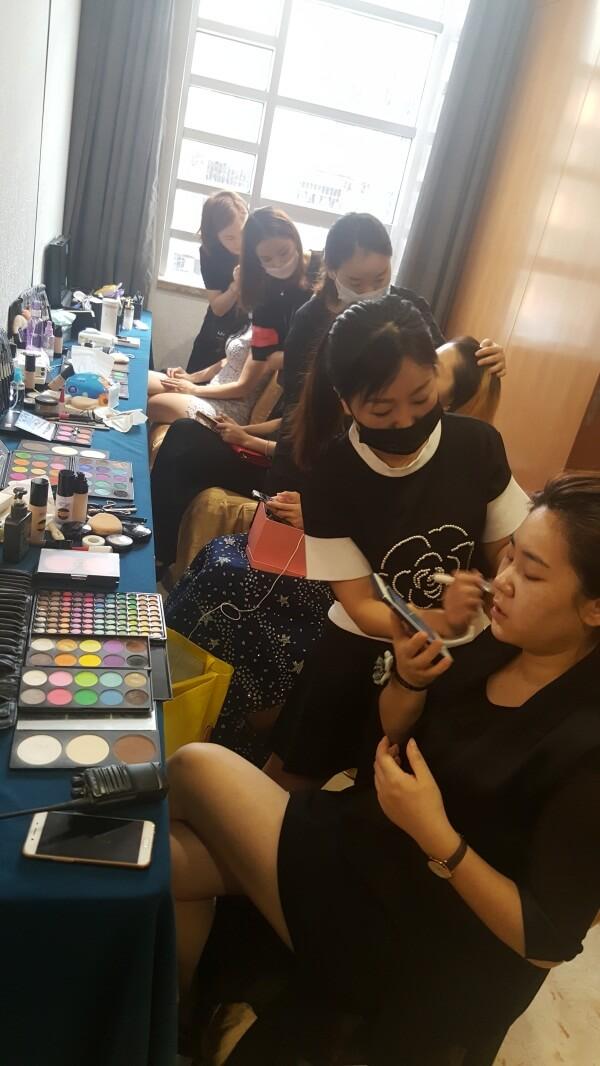 精英美業培訓學校化妝師們正在給美麗夫人們化妝