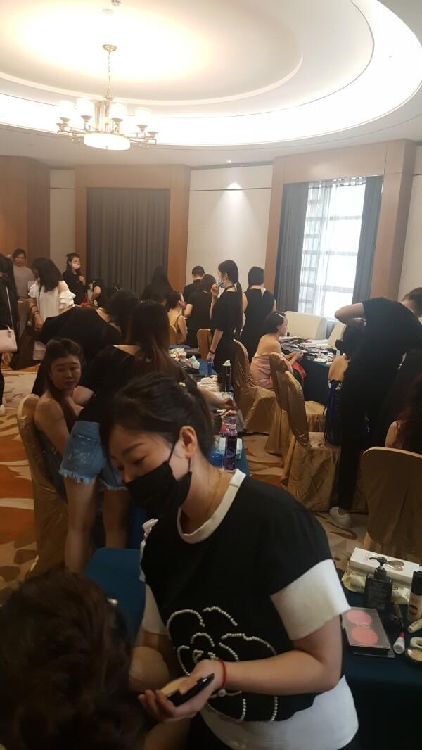 精英美業培訓學校化妝師們正在給美麗夫人們化妝2