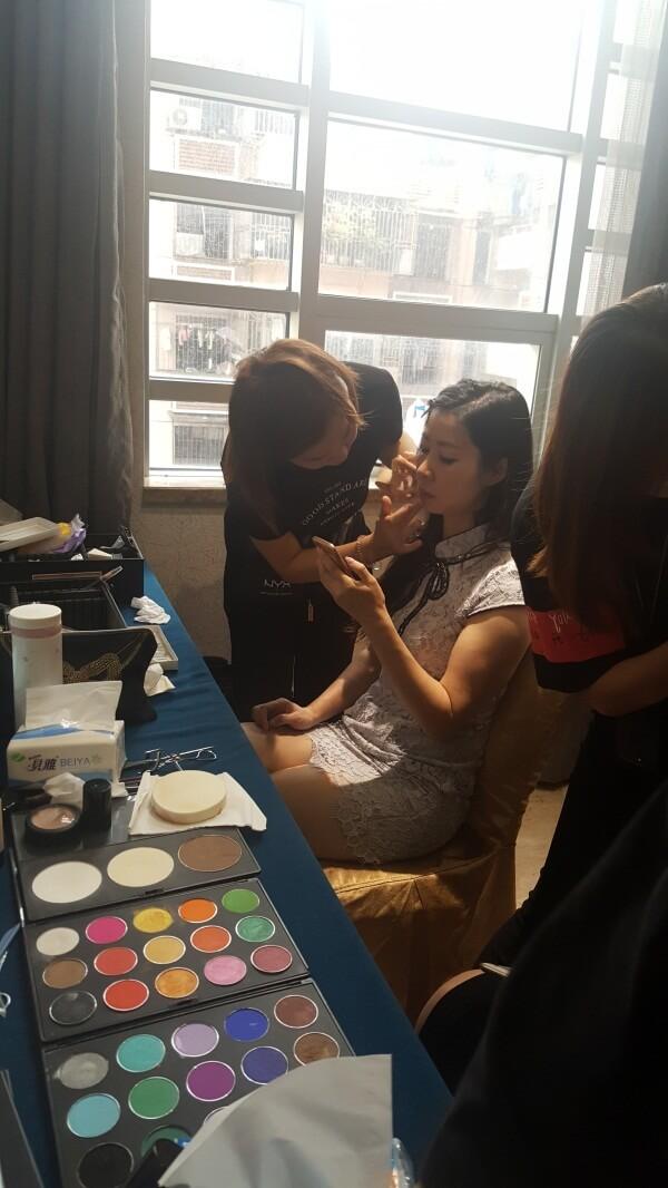 精英美業培訓學校化妝師們正在給美麗夫人們化妝3