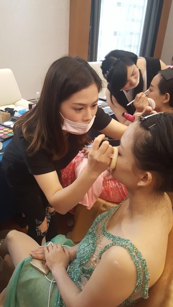 精英美業培訓學校化妝師們正在給美麗夫人們化妝4