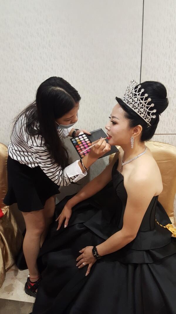 精英美業培訓學校化妝師們正在給美麗夫人們化妝5