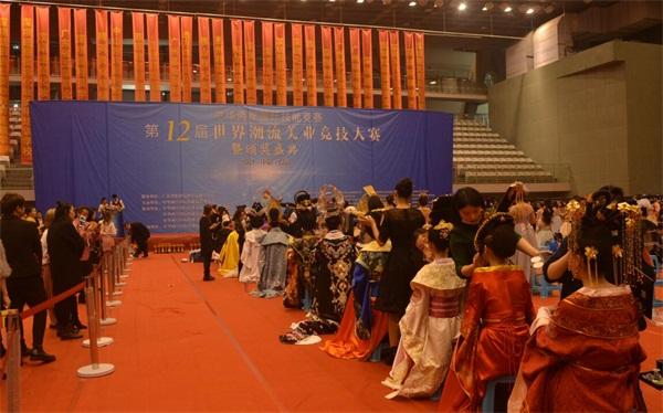 中華兩岸國際技能競賽2017第十二屆中華兩岸世界潮流大賽比賽開始,參賽選手進行比賽中