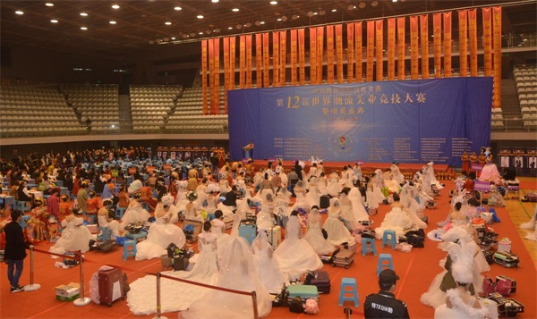 中華兩岸國際技能競賽2017第十二屆中華兩岸世界潮流大賽比賽開始,參賽選手進行比賽中3