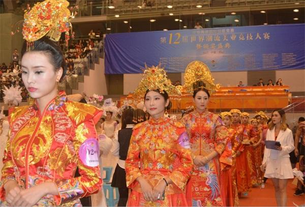 中華兩岸國際技能競賽2017第十二屆中華兩岸世界潮流大賽比賽開始,評委給參賽參賽作品進行評分