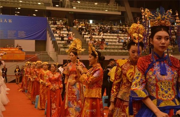 中華兩岸國際技能競賽2017第十二屆中華兩岸世界潮流大賽比賽開始,評委給參賽作品進行評分3