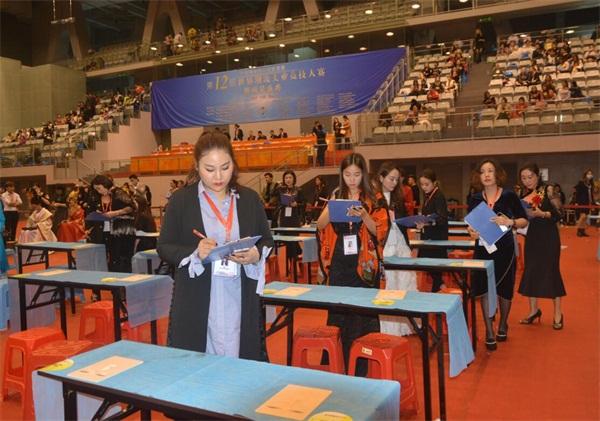 中華兩岸國際技能競賽2017第十二屆中華兩岸世界潮流大賽比賽開始,評委給參賽作品進行評分4