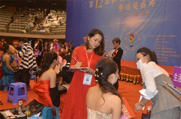 中華兩岸國際技能競賽2017第十二屆中華兩岸世界潮流大賽比賽開始,評委給參賽作品進行評分5