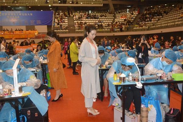 中華兩岸國際技能競賽2017第十二屆中華兩岸世界潮流大賽比賽開始,評委給參賽作品進行評分6
