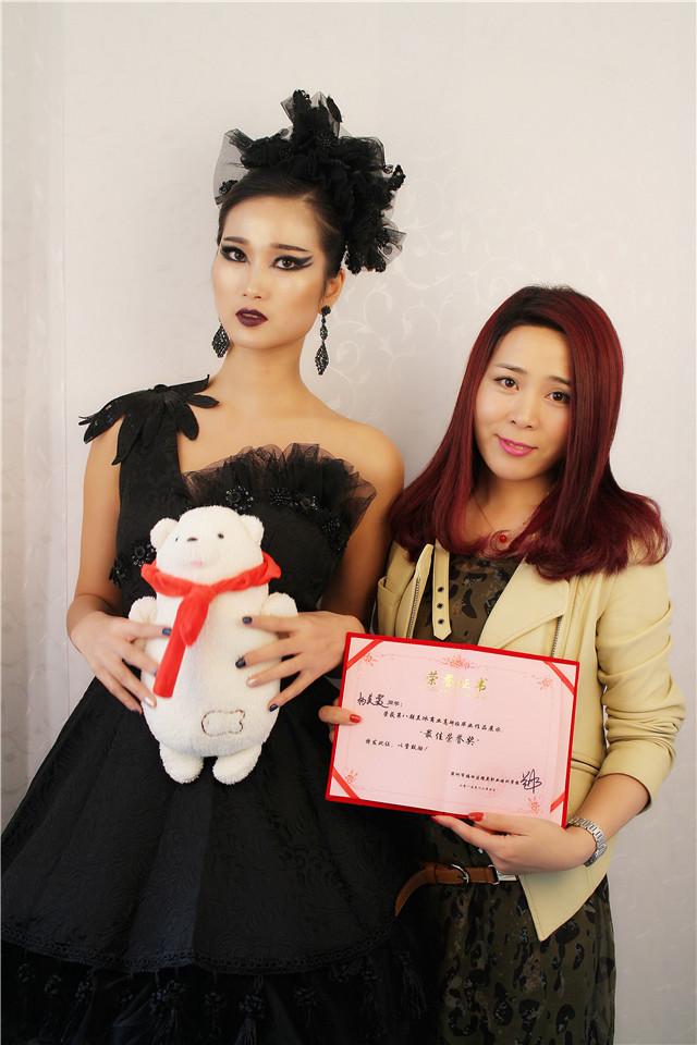 深圳精英化妝培訓學校畢業秀化妝師和模特合影3