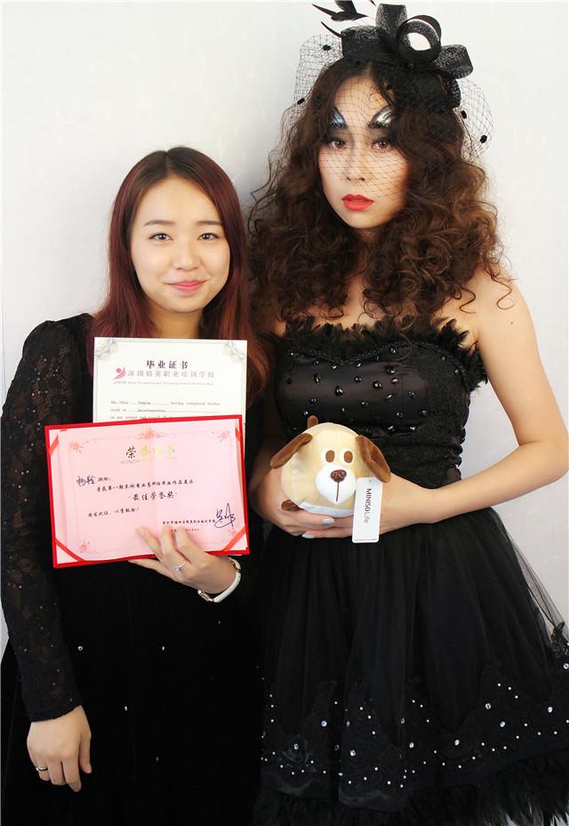 深圳精英化妝培訓學校畢業秀化妝師和模特合影4
