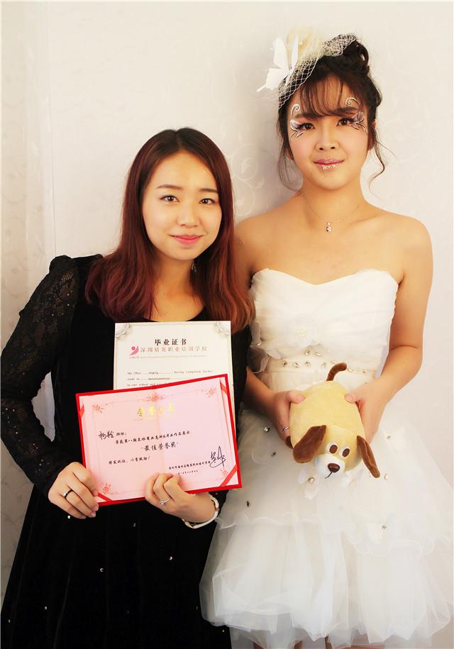 深圳精英化妝培訓學校畢業秀化妝師和模特合影5