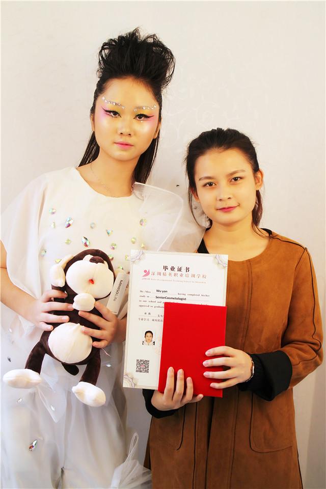 深圳精英化妝培訓學校畢業秀化妝師和模特合影6