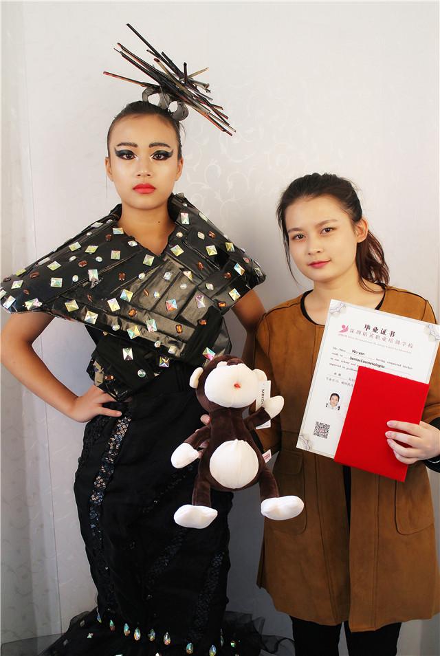 深圳精英化妝培訓學校畢業秀化妝師和模特合影7