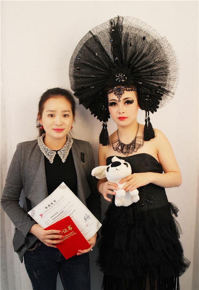 深圳精英化妝培訓學校畢業秀化妝師和模特合影9