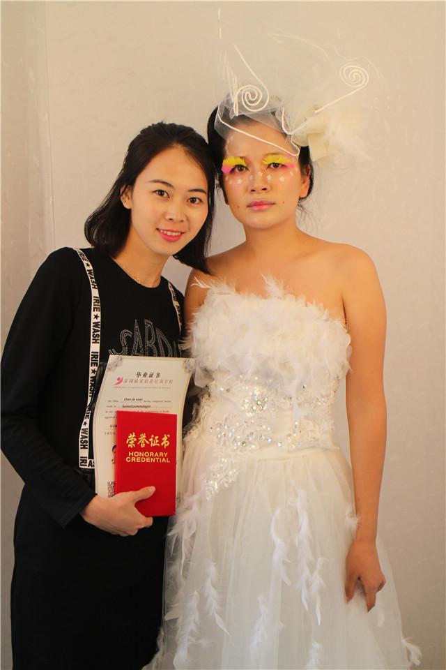 深圳精英化妝培訓學校畢業秀化妝師和模特合影10
