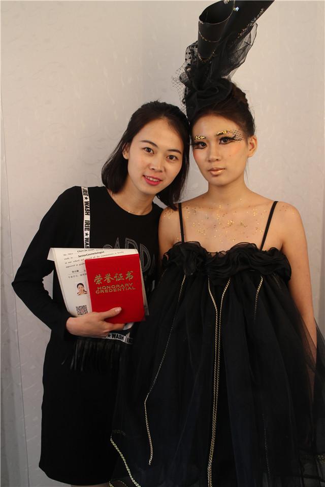 深圳精英化妝培訓學校畢業秀化妝師和模特合影11