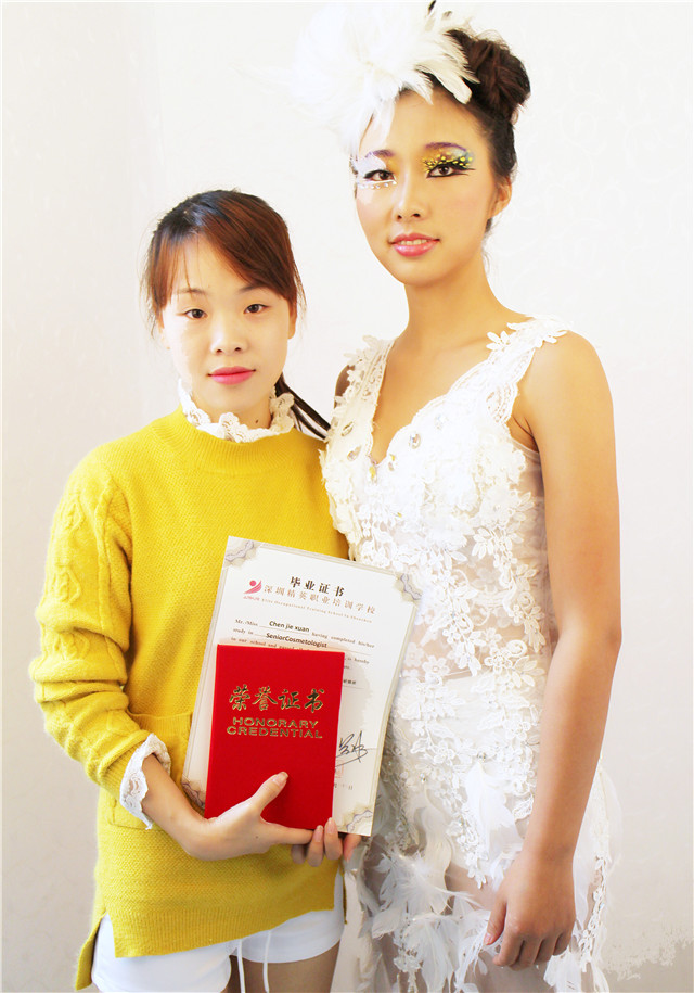 深圳精英化妝培訓學校畢業秀化妝師和模特合影12