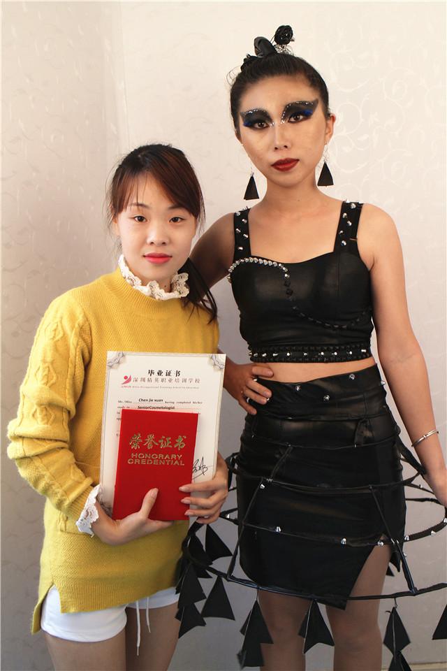 深圳精英化妝培訓學校畢業秀化妝師和模特合影13
