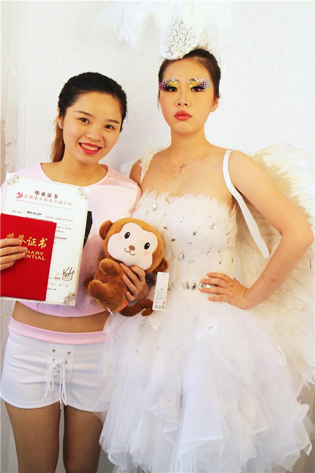 深圳精英化妝培訓學校畢業秀化妝師和模特合影14