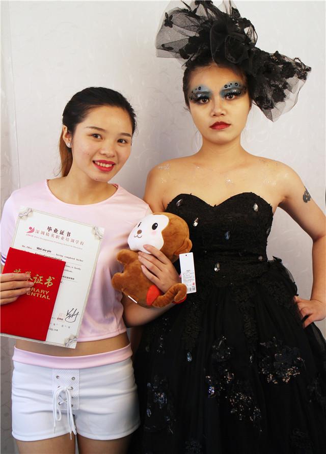 深圳精英化妝培訓學校畢業秀化妝師和模特合影15