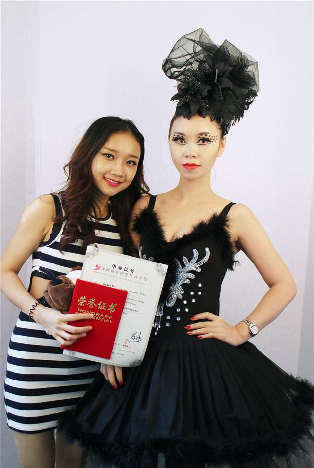 深圳精英化妝培訓學校畢業秀化妝師和模特合影17