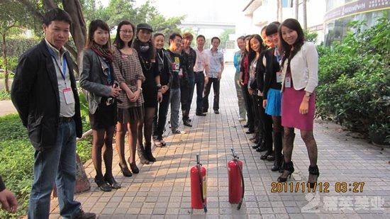 精英化妝美容學校召開消防安全會議并進行消防演習