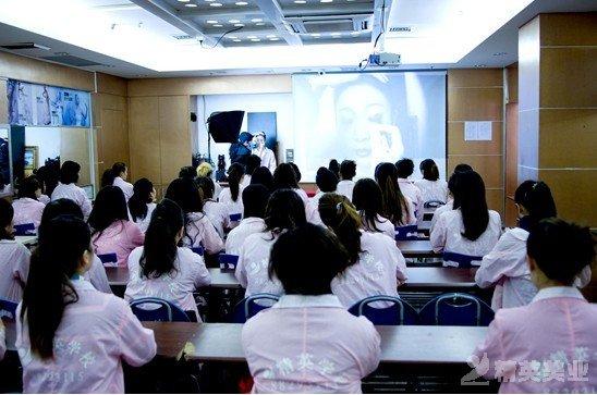深圳化妝培訓學校化妝高級班學員打造甜美新娘造型