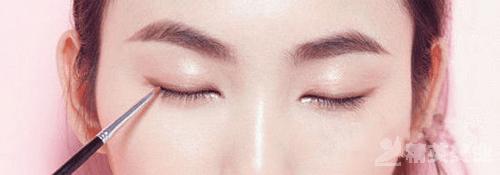 1.當真描畫金色粗眼線