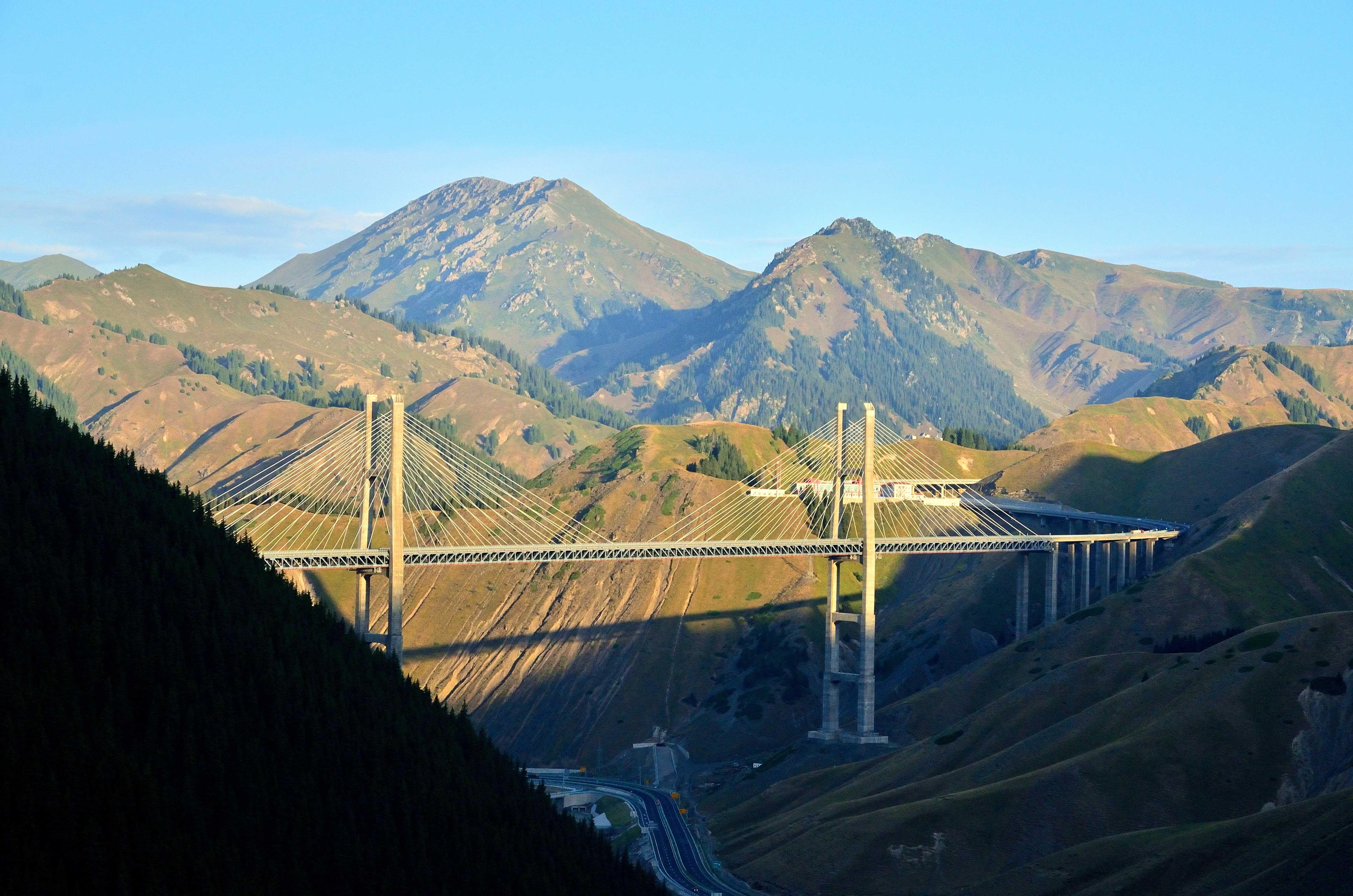 國內第一座公路雙塔雙索麵鋼桁梁斜拉橋