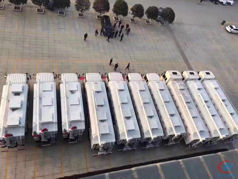 10台散装饲料车由程力总部交赴新五丰公司现场