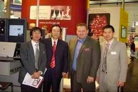 董事長吳琪(左二)與美國合作伙伴合影