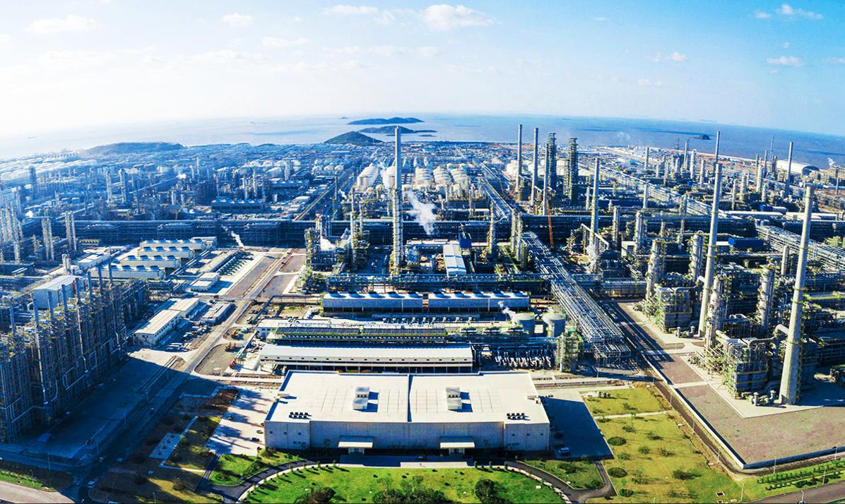 浙江石油化工有限公司投资建设的4000万吨/年炼化一体化项目,总投资1730亿元(加政府配套工程总投资2000亿元),每期年加工原油2000万吨,年产芳烃520万吨、年产乙烯140万吨。截止目前已订购阀门产品数量3297台。