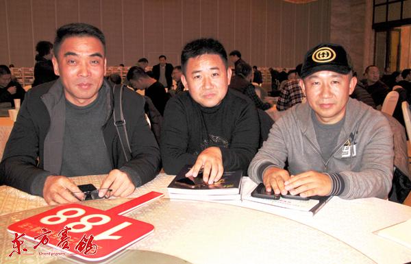 4、賽鴿名家上海大同鴿業李偉林-右李偉彬-中管擁軍-左在拍賣會現場。