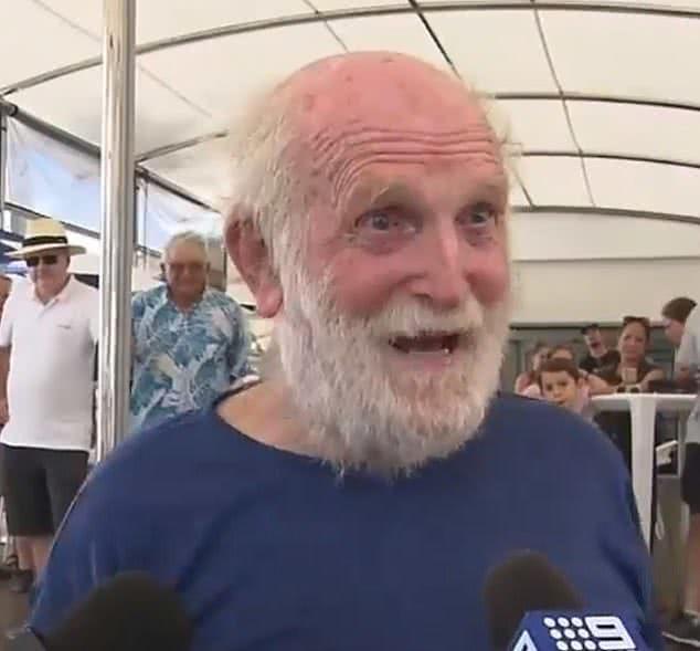 81岁白胡子老爷爷自驾游艇完成环球航行-1