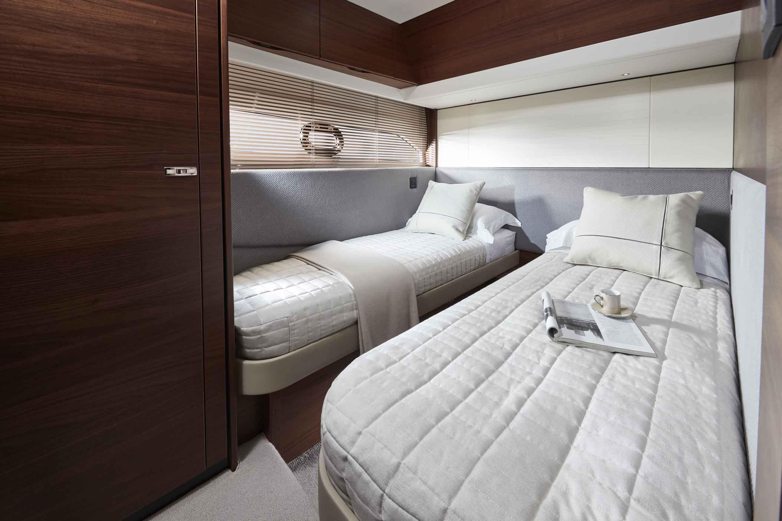 公主F55-f55-interior-starboard-cabin