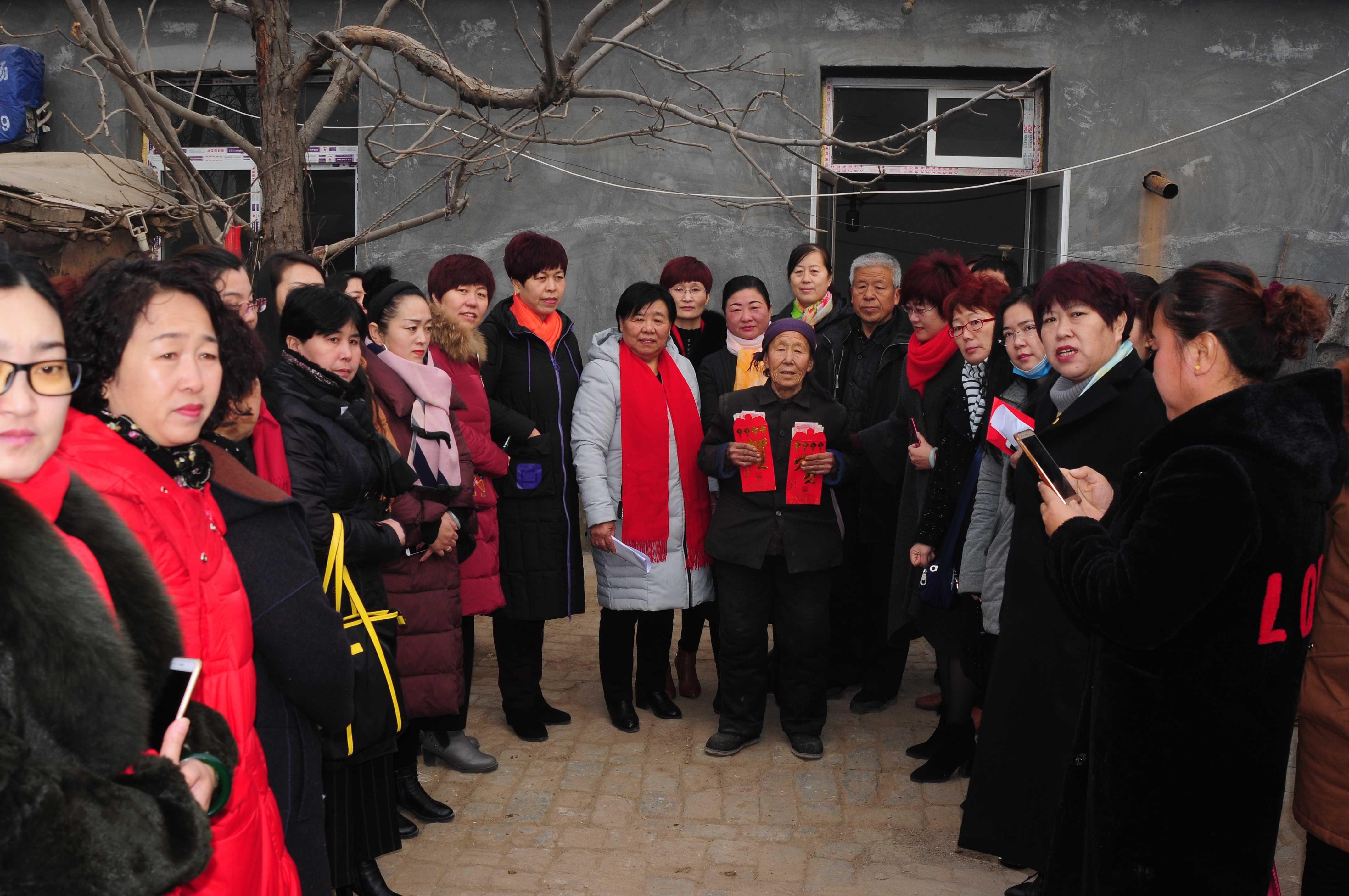 1,2018年1月16日协会全体会员下乡慰问贫困家庭,并且14位女企业家一对一、一对二救助贫困学生15名-微信图片_20190325113128