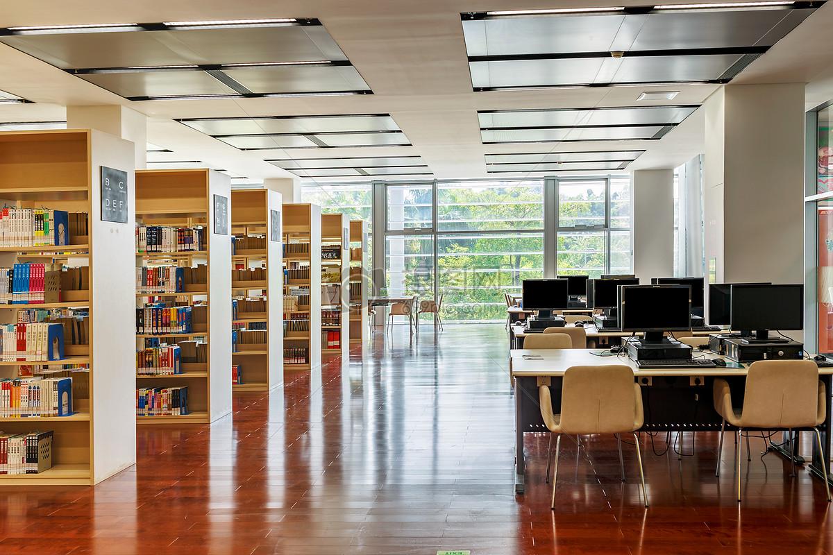 新华书店书架_公司总部设在北京